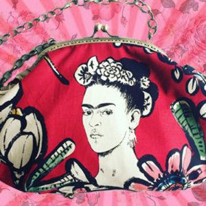 Ami l'arte di Frida Kahlo? Ecco le borse ispirate ai suoi quadri