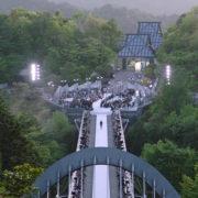 La sfilata di moda su un ponte sospeso nel vuoto