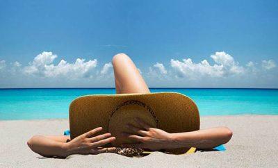 donna-spiaggia-cappello