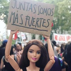 Barbie diventa social e lotta insieme a noi