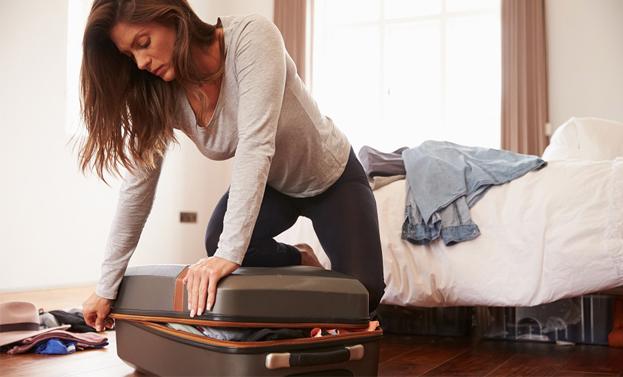 Risultati immagini per donna valigia casa