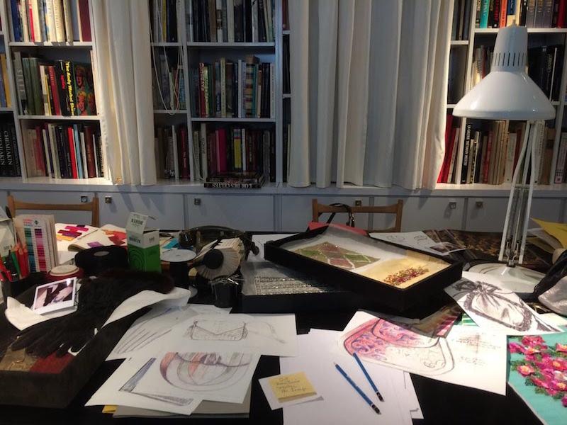 Lo studio dello stilista in cui sono conservati tutti gli elementi che lo caratterizzavano e che utilizzava per lavorare.