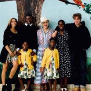 Madonna e i sei figli in Malawi a visitare i bimbi del suo ospedale