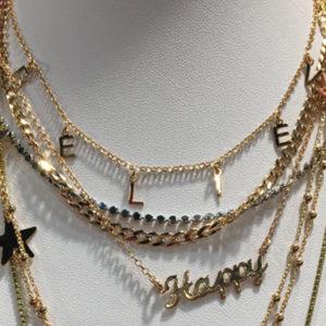 Va il bijoux minimal, e... chi più ne ha più se ne metta addosso