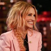 Julia Roberts lancia una moda: i riflessi rosa pesca tra i capelli