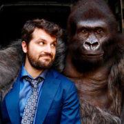 Attenti al gorilla, e a non cercare un senso logico in questo film