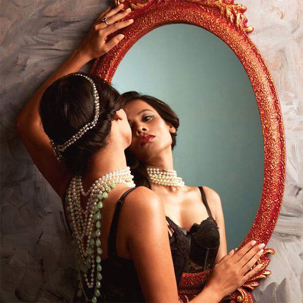 donna vanitosa allo specchio