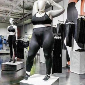 La rivincita curvy: un manichino over size in un negozio sportivo