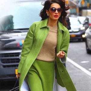 Amal Clooney detta la moda con il cappotto e la gonna coordinati