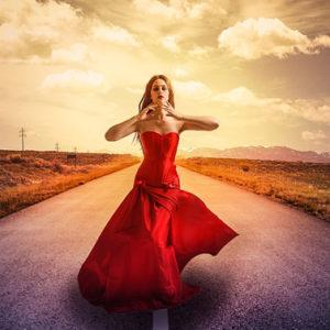 Il bell'esempio di vitalità delle donne che camminano da sole