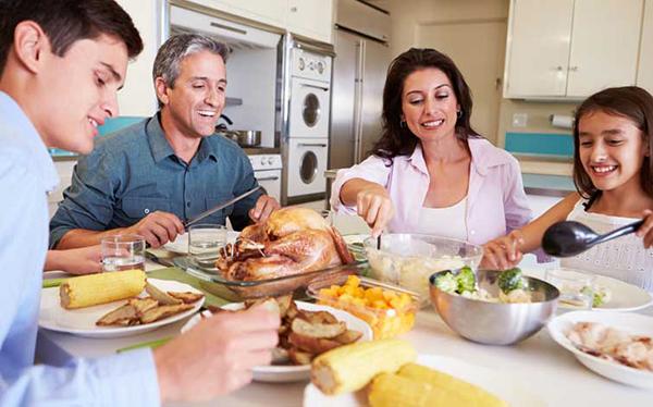 mangiare da soli-famiglia-a-tavola
