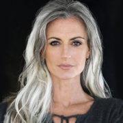 Per apparire più giovane, tingiti i capelli del colore della nonna