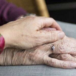 L'importanza della cura del benessere intimo di una persona anziana